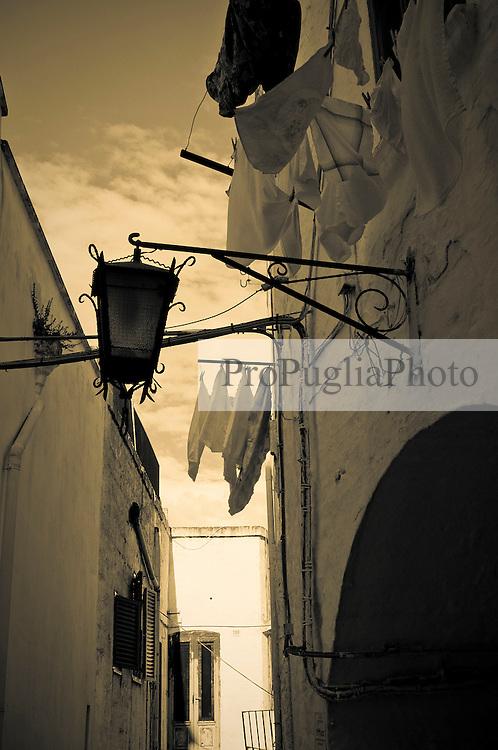 Alcuni panni stesi per le vie del borgo antico di Ostuni.