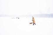 Vrouw met hond op het Malieveld, winter 2021