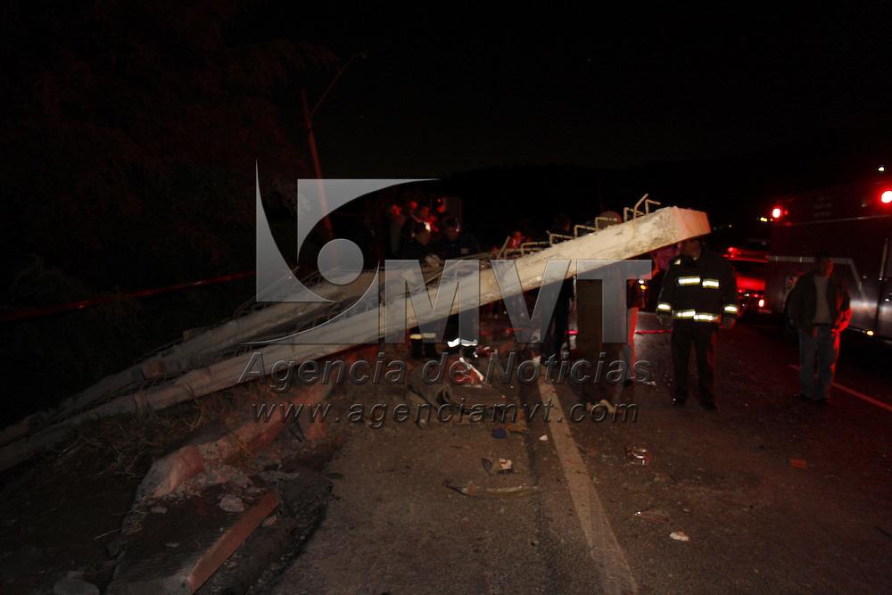CUAJIMALPA, DISTRITO FEDERAL.- Un tráiler que transportaba placas de concreto perdió el control del vehículo en el kilómetro 28 de la carretera libre México-Toluca y su carga se impacto en 7 automóviles que circulaban en ese momento por el lugar, dos personas murieron y 5 más resultaron lesionadas. Agencia MVT / Crisanta Espinosa. (DIGITAL)<br /> <br /> NO ARCHIVAR - NO ARCHIVE
