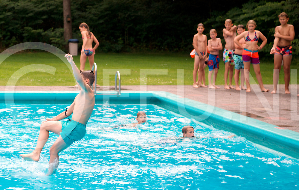 BALKBRUG - Bommetje in zwembad.<br /> FFU PRESS AGENCY COPYRIGHT FRANK UIJLENBROEK