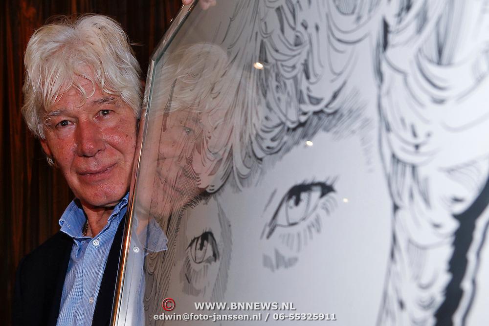 NLD/Amsterdam/20100910 - Paul van Vliet viert 75ste verjaardag met vrienden, Paul met schilderij van Martha Roling