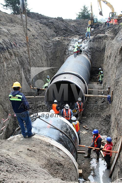 """TOLUCA, Mexico.- Trabajadores del sistema Cutzamala, realizan obras de mantenimiento de ductos y del tanque de almacenamiento """"Pericos"""" en San Pablo Autopan. Agencia MVT / José Hernández. (DIGITAL)"""