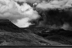 Farms just below the volcanic eruption in Eyjafjallajokull, Iceland - Bóndabæir undir Eldgosinu í Eyjafjallajökli