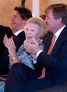 Koningin reikt Appeltjes van Oranje uit op Paleis Noordeinde. De prijzen worden dit jaar toegekend aan drie initiatieven van jonge en sociale ondernemers. <br /> <br /> Koningin reikt Appeltjes van Oranje uit op Paleis Noordeinde. De prijzen worden dit jaar toegekend aan drie initiatieven van jonge en sociale ondernemers. <br /> <br /> Op de foto:  Koningin Maxima en prinses Beatrix met Koning Willem Alexander / Queen Maxima and princess Beatrix with King Willem Alexander