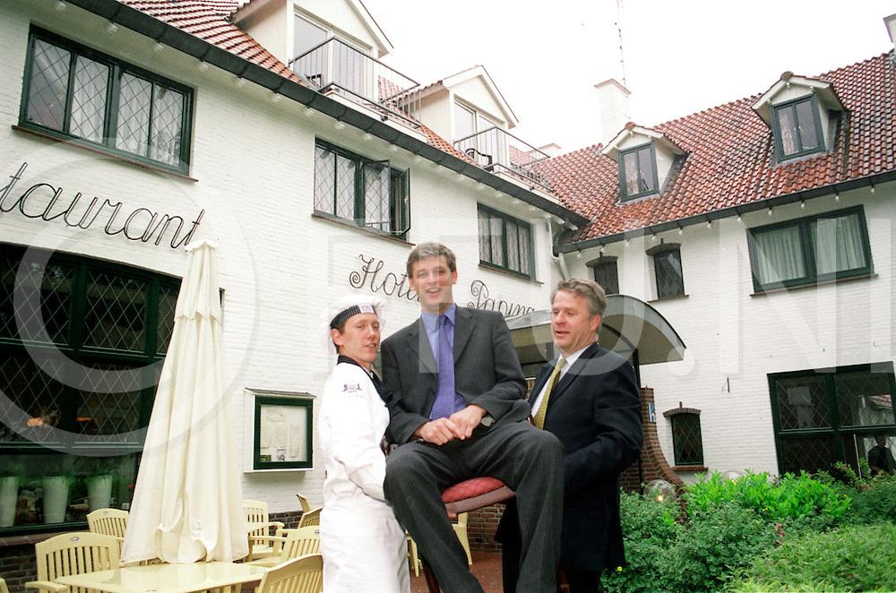 Fotografie Frank Uijlenbroek©2001/Frank Uijlenbroek.010528 ommen ned.opdrachtno.:116629/Horeca.redacteur: Karel de Vos..Hotelier Ron Nijhof op de stoel ondersteund door zijn rechterhand Frans Heerink(R) en de chef voor zijn verworven hotel Paping..