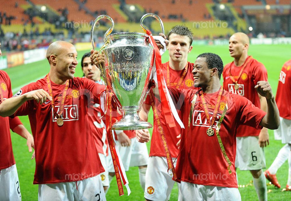 Fussball  Champions League   FINALE    Saison 2007/2008   21.05.2008 Manchester United  FC  -  FC Chelsea London  JUBEL ManU,  Michael Silvestre (li) und Patric Evra  mit dem CHL Pokal