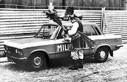 Mężczyzna w krakowskim stroju sprzedający pawie pióra. Kraków, początek lat 80. XX wieku.