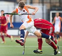 DEN BOSCH -  Jelle Galema in duel met de Engelsman Phillip Roper (r), tijdens de wedstrijd tussen de mannen van Jong Oranje  en Jong Engeland, tijdens het Europees Kampioenschap Hockey -21. ANP KOEN SUYK