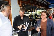 Boekpresentatie Smart BBQ van Julius Jaspers bij Restaurant Visaandeschelde, Amsterdam.<br /> <br /> Op de foto: ulius Jaspers en Martijn Krabbe met de uitgever