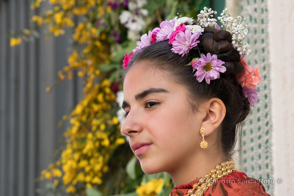 Madrid, Spain. 7th May, 2017. The Maya Laura Romero on her altar surrounded with flowers, wearing a orange Manila shawl and a tiara made with flowers during 'Las Mayas' spring festival in Madrid. © Valentin Sama-Rojo