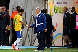Neymar Jr. cumprimenta o técnico Luiz Felipe Scollari ao deixar gramado no jogo contra a Croácia na estréia da Copa do Mundo 2014, na Arena Corinthians, em São Paulo. FOTO: Jefferson Bernardes/ Agência Preview
