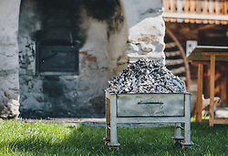 THEMENBILD - heiße Glut vor einem Holzbackofen. Am Karfreitag bäckt die Bäckerei Gugglberger zum ersten Mal im Jahr Bauernbrot und Milchbrot bzw. Osterstriezel, im alten, traditionellen Holzofen neben dem Meixnerhaus am Kirchbichl oberhalb von Kaprun, aufgenommen am 10. April 2020 in Kaprun, Oesterreich // hot embers in front of a wood-burning oven. On Good Friday the bakery Gugglberger bakes farmhouse bread and milk bread or Osterstriezel for the first time in the year, in the old, traditional wood oven next to the Meixnerhaus at the Kirchbichl above Kaprun in Kaprun, Austria on 2020/04/10. EXPA Pictures © 2020, PhotoCredit: EXPA/Stefanie Oberhauser