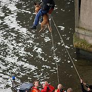 NLD/Huizen/20061013 - Politiehonden en begeleiders wedstrijd, abseilen van de Stichtse brug Huizen in en politieboot