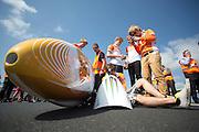 Een student van de TU Delft controleert de apparatuur in de kap van de VeloX3. Het Human Power Team Delft en Amsterdam presenteert de nieuwe fiets, de VeloX3, in Friesland. Fietser Sebastiaan Bowier rijdt met de VeloX3 over de A31 tussen Franeker en Donrijp. Het team hoopte op een snelheid van boven de 80 km/h, maar door de harde zijwind komt Bowier niet verder dan 78,8 km/h. Met de speciale ligfiets wil het team dat bestaat uit studenten van de TU Delft en de VU Amsterdam het wereldrecord fietsen verbreken. Dat staat nu op 133 km/h.<br /> <br /> A student of the TU Delft is checking the equipment in the canopy of the VeloX3. The Human Power Team Delft and Amsterdam presents their new record bike, the VeloX3, in Friesland. Cyclist Sebastiaan Bowier cycles with the VeloX3 on the A31 highway between Franeker and Donrijp. They hoped to get above the 80 km/h, but due to the severe side winds Bowier reaches 78,8 km/h maximum.  With the special recumbent bike the team, consisting of students of the TU Delft and the VU Amsterdam, wants to set a new world record cycling. The current speed record is 133 km/h.