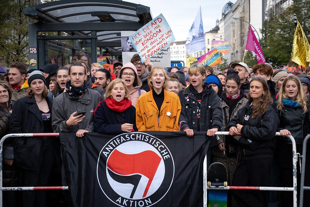 """Proteste gegen den rechtsextremen Aufmarsch """"Wir für Deutschland"""" am Tag der Deutschen Einheit in Berlin.<br /> <br /> [© Christian Mang - Veroeffentlichung nur gg. Honorar (zzgl. MwSt.), Urhebervermerk und Beleg. Nur für redaktionelle Nutzung - Publication only with licence fee payment, copyright notice and voucher copy. For editorial use only - No model release. No property release. Kontakt: mail@christianmang.com.]"""