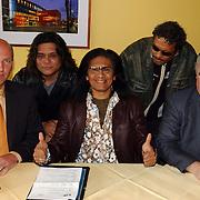 Ondertekenen contract optreden Koninginnedag 2004 door Massada, samen met Frits Groenewoud en dhr. van der Hulst