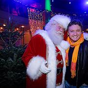 NLD/Hilversum/20121207 - Skyradio Christmas Tree, Rene Froger met de kerstman