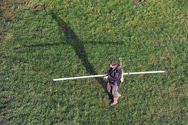 Nederland, Nijmegen, Lent, 30-12-2011Gebied van de voorgenomen dijkverlegging, verlegging van de dijk, teruglegging, om de rivier de Waal in de scherpe bocht bij Nijmegen meer ruimte te geven dmv een extra geul. Een bedrijf voor archeologisch en bodemkundig onderzoek scant met speciale apparatuur de bodem op zoek naar mogelijk interessante plekken om te gaan graven, voordat het grote werk wordt uitgevoerd.Area where the adjustment of the dike of the river Waal, Rhine, will take place, in the sharp bend in Nijmegen to give more space to the river . Foto: Flip Franssen/Hollandse Hoogte