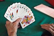 Nederland, Nijmegen, 4-10-2005Een bejaarde, vrouw speelt een spelletje kaart, jokeren, in de recreatiezaal van een verzorgingshuis. Ontspanning, recreatie, ouderen, bejaarden, hersenen, hersengymnastiek, kaartspel, rimpel huid.Foto: Flip Franssen