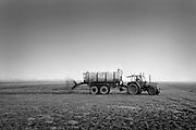 Nederland, Persingen, 15-3-1992 Een boer rijdt vloeibare mest uit over het land . Vanuit de tank wordt de mest op het land gespoten met een grote waaier. Foto: Flip Franssen