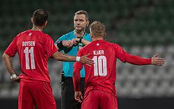 David Boysen og Jeppe Kjær (FC Helsingør) diskuterer med dommer Chris Johansen under kampen i 1. Division mellem Viborg FF og FC Helsingør den 30. oktober 2020 på Energi Viborg Arena (Foto: Claus Birch).