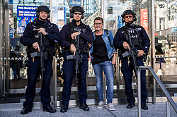 04-11-2016 USA: NYC Marathon We Run 2 Change Diabetes day 1, New York<br /> De dag van de Expo, One World, Around Manhattan / Politie, beveiliging, Roos