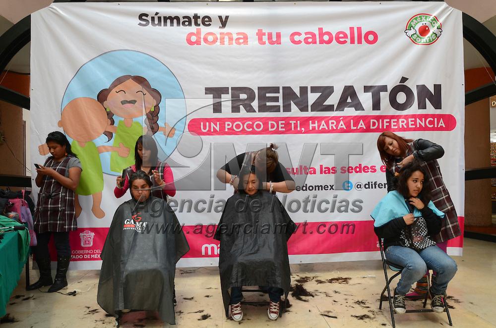 Toluca, México.- La campaña del trenzatón se instaló en la concha acústica, donde mexiqueneses se sumaron a la causa y  participaron en la donación de su cabello en ayuda a mujeres y niñas con cancer. Agencia MVT / Arturo Hernández S.