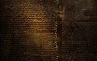 Parmi les pieces les plus remarquables du musee: laTable claudienne, une plaque de bronze qui transcrit un discours del empereur Claude<br /> Lemusee gallo-romain de Lyona ete construit pres des theatres romains, sur la colline deFourviere, situee autrefois au cœur de la cite romaine de Lugdunum. <br /> Capitale de la province Lyonnaise, c etait une cite gallo-romaine importante et prospere qui a laisse de nombreux vestiges.<br /> Le musee actuel, construit par l architecteBernard Zehrfussa ete inaugure en 1975. Le batiment est inscrit en bordure du site antique, enterre sous la colline de fourviere.Les deux monuments majeurs de la cite : le theatre et l odeon, sont desormais integres au secteur classePatrimoine Mondialpar l UNESCO.A l interieur, on y accede par une rampe en beton brut descendant en spirale et se ramifiant vers des paliers destines a l exposition des collections du musée.<br /> Ce musee reçoit a peu pres 100 000 visiteurs par an.