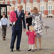 Prinses Leonore dochter , de jongste dochter van Prins Constantijn en  Prinses Laurentien is zondagochtend 8 oktober 2006 in  de kapel van Paleis Het Loo  in Apeldoorn gedoopt. / Princes Leonore, the jongest daughter of Prince Constantijn en Princes Laurentien, is baptist in Palace Het Loo in Apeldoorn.<br /> <br /> Op de foto / On the photo:  Kroonprins Willem Alexander, prinses Maxima en hun kinderen Amalia en Alexia / Crownprince Willem Alexander, Princes Maxima with their children Amalia and Alexia