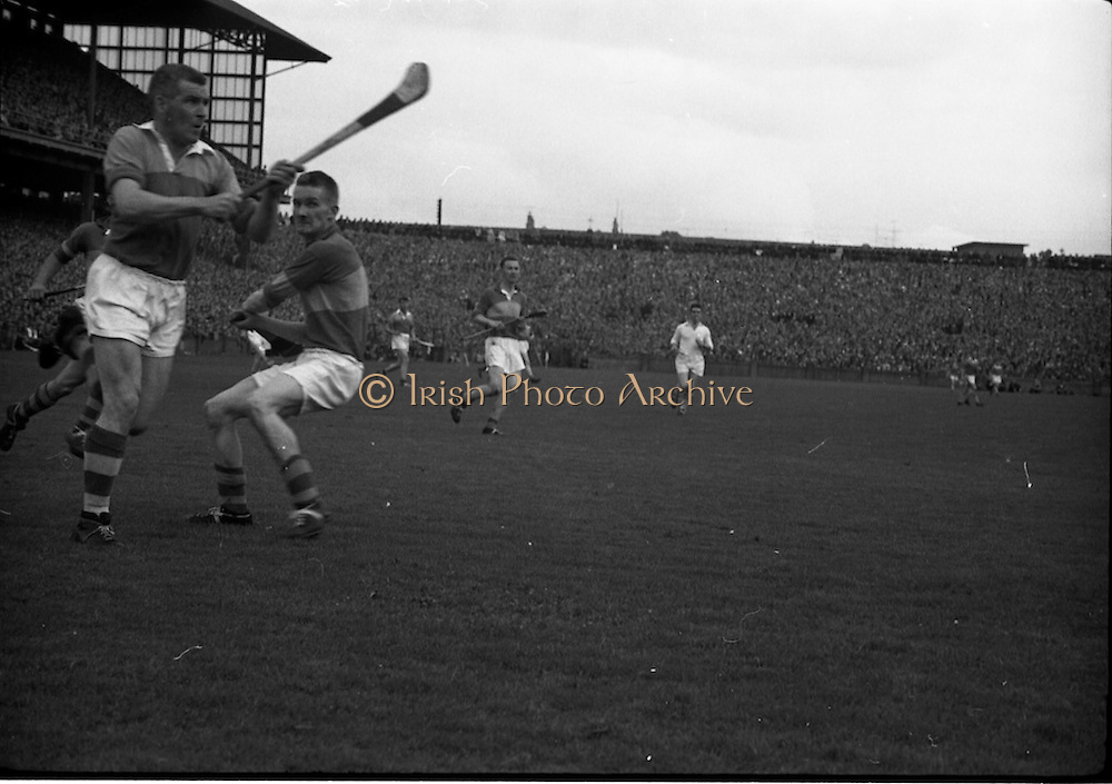 04/09/1960<br /> 09/04/1960<br /> 4 September 1960 <br /> All-Ireland Final: Tipperary v Wexford at Croke Park, Dublin.<br /> Wexford's Padge Kehoe (left) foils Mick Burns' attempts to stop Wexford from scoring.