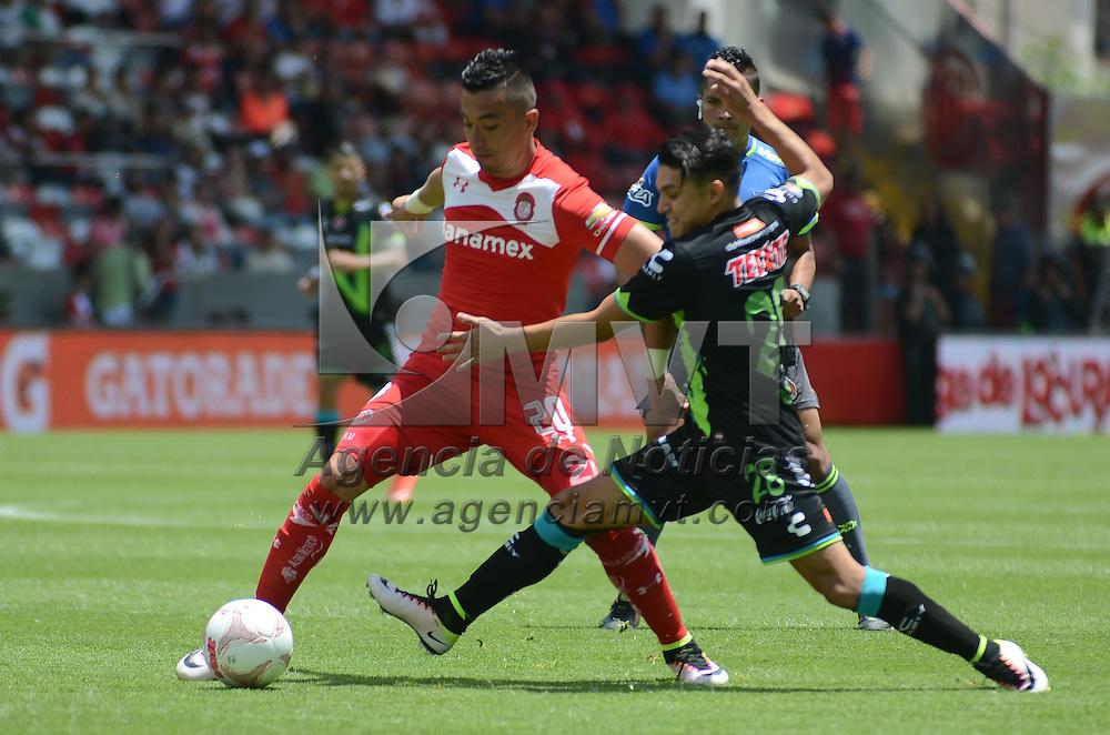 Toluca, México (Abril 16, 2016).- Fernando Uribe (20) jugador de Toluca y Jesús Paganoni (28) jugador de Veracruz, durante el juego correspondiente a la Jornada 14 de la Liga MX, Torneo Clausura 2016. Agencia MVT / Arturo Hernández.