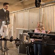 NLD/Ermelo/20190821 - Setbezoek Paardenfilm Whitestar, Matt Harnacke met Britt Dekker en Florence Vos Weeda