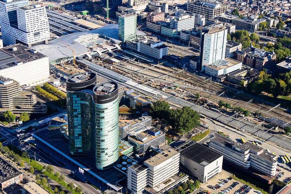 Nederland, Utrecht, Gemeente Utrecht, 30-09-2015;  Ontwikkeling van het Stationsgebied Utrecht - CU2030. Naast de nieuwe overkapping van het Centraal Station het stadskantoor, hoofdkantoor RABO in de voorgrond, Rabotoren. Hoog Catherijne en Catherijensingel.<br /> Developement of the new Station Area Utrecht with Central Station and Hoog Catherijne shopping mall, city centre. RABO headquarters.<br /> luchtfoto (toeslag op standard tarieven);<br /> aerial photo (additional fee required);<br /> copyright foto/photo Siebe Swart