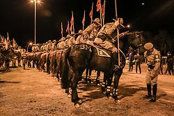 O revezamento da Tocha Olímpica passa pela Rótula das Cuias, na orla do Guaíba em Porto Alegre, RS, onde o um grupo de cavalarianos faz acompanhamento enquanto um gaúcho tradicionalista conduz a chama à cavalo.  Aceso em 21 de abril, em ritual repetido a cada quatro anos em Olímpia, na Grécia, o símbolo olímpico passará por 28 cidades gaúchas de 3 a 9 de julho e será conduzido por 617 indicados no Rio Grande do Sul, começando por Erechim e se despedindo em Torres, em percurso de mais de dois mil quilômetros. Foto: Gustavo Roth / Agência Preview