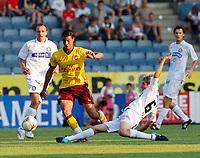 Fotball<br /> 21.07.2010<br /> Foto: Gepa/Digitalsport<br /> NORWAY ONLY<br /> <br /> SK Sturm Graz vs Arsenal FC<br /> <br /> Bild zeigt Marouane Chamakh (Arsenal) Manuel Weber (Sturm) und Gordon Schildenfeld (Sturm/ hinte links).