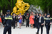 Koningin Máxima en koningin Mathilde van België openen de beeldententoonstelling Den Haag Sculptuur op het Lange Voorhout. In de openlucht tentoonstelling 'Vormidable' staan kunstwerken van gevestigde en opkomende Vlaamse kunstenaars, wordt twintig jaar culturele samenwerking tussen Nedeland en België gevierd.<br /> <br /> <br /> Queen Maxima and Queen Mathilde of Belgium opened the sculpture exhibition The Hague Sculpture on the Lange Voorhout. In the outdoor exhibition Vormidable 'are works by established and emerging Flemish artists, celebrates twenty years of cultural cooperation between the laws of the Netherlands and Belgium.<br /> <br /> Op de foto / On the photo:  Koningin Máxima en koningin Mathilde krijgen een rondleiding langs de beeldententoonstelling<br /> <br /> Queen Maxima and Queen Mathilde get a tour of the sculpture exhibition