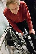 Geïnteresseerden kijken naar de speciale aandrijving van de fiets. In Delft presenteert het Human Power Team Delft, bestaande uit studenten van de TU Delft en de VU Amsterdam, het model van de nieuwe fiets waarmee ze het wereldrecord van 133 km/h willen verbreken. Oud-kampioen schaatsen Jan Bos is een van de renners.<br /> <br /> The Human Powered Team Delft, a team of students of the TU Delft and the VU Amsterdam, are presenting the model of their new bike. With the Velox2 they want to break the world pace record of 133 km/h per bike.