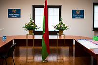 Bialystok, 04.08.2020. Poczatek przedterminowego glosowania w wyborach prezydenckich na Bialorusi w Konsulacie Generalnym Republiki Bialorus w Bialymstoku. Przedterminowe glosowanie w wyborach prezydenckich na Bialorusi rozpoczelo sie dzis (wtorek) i potrwa do soboty. Wlasciwym dniem wyborow prezydenckich jest niedziela 9 sierpnia. Opozycja apeluje do wyborcow, by nie glosowali przed tym dniem, poniewaz wczesniejsze glosowanie umozliwia falszerstwa. N/z lokal wyborczy fot Michal Kosc / AGENCJA WSCHOD