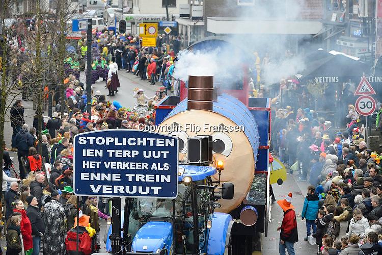Nederland, Beek, Berg en Dal, 27-2-2017Traditiegetrouw vindt in dit dorp bij Nijmegen en tegen de grens met Duitsland de Rozenmoandag carnavalsoptocht plaats. Alle wagens, praalwagens, carnavalswagens uit de regio komen dan langs want het is de enige optocht. Deze wagen neemt de lokale politiek op de hak vanwege de stoplichten in het dorpscentrum . Satire,satirisch .Foto: Flip Franssen