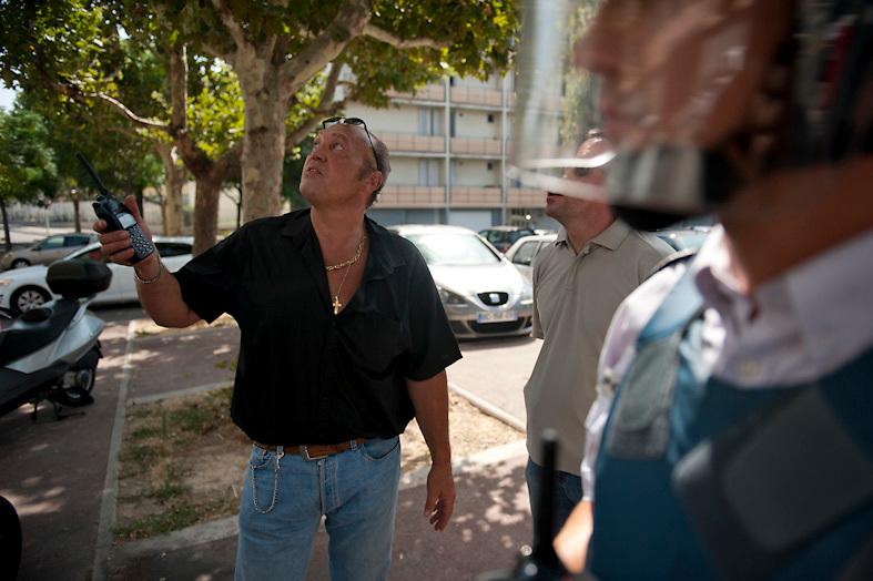 Patrick, major de la BAC dirige les operations pendant la poursuite d'un dealer au cours d'une descente de la police dans le quartier pauvre Font Vert (Marseille)..Font Vert est une des cités les plus pauvres dans la ville, utilisée comme une base pour le trafic de drogue à grande échelle. Dans les quartiers du Nord le  trafic de drogue est florissante, conduisant à des reglements de compte par des groupes de dealers concurrents.