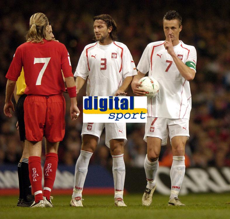 Fotball<br /> VM-kvalifisering<br /> Wales v Polen<br /> 13.10.2004<br /> Foto: SBI/Digitalsport<br /> NORWAY ONLY<br /> <br /> Wales v Poland. FIFA World Cup European Qualifying Group Six. Millenium Stadium. 13/10/2004.<br /> <br /> Poland captain, Tomasz Hajto tells Robbie Savage to be quiet.