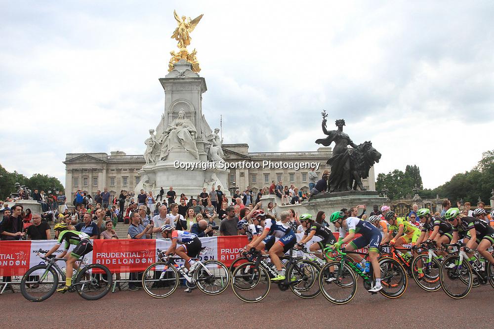 LONDON (GB) wielrennen <br /> Het vrouwenpeloton reed een wedstrijd rond Buckingham Palace