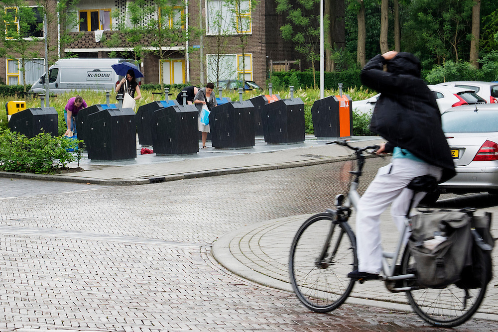 In Utrecht gooien mensen hun afval gescheiden weg in de speciale ondergrondse containers.<br /> <br /> In Utrecht, people seperate their garbage in special underground containers.