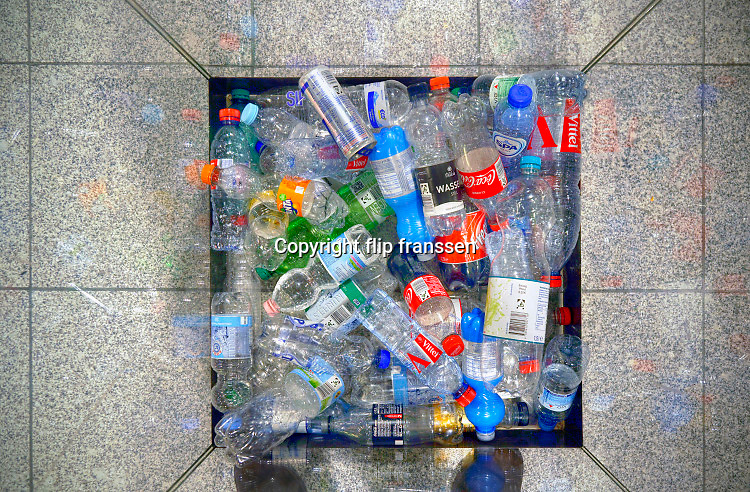 Duitsland, Weeze, 14-11-2018In een glazen bak op de luchthaven worden plastic pet-flessen verzameld.Foto: Flip Franssen