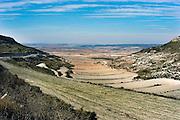 Spanje, Aragon, 11-2-2005..De schier eindeloze leegte van de vallei van de rivier de Ebro. De regio, streek is arm en leidt aan leegloop. vele boerderijen zijn verlaten en vervallen tot ruines. Landschap, vlakte, droogte, klimaat, rust, achtergesteld gebied. Landbouw, boeren, klimaatverandering. ..Foto: Flip Franssen