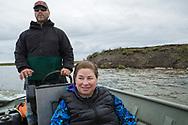 Syskonen Louie Green och Briday Green i båten på en flod söder om Nome. På flodkanten syns erodering som de inte sett tidigare. <br /> <br /> Nome, Alaska, USA<br /> <br /> Fotograf: Christina Sjögren<br /> <br /> Photographer: Christina Sjogren<br /> Copyright 2018, All Rights Reserved