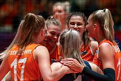 30-05-2019 NED: Volleyball Nations League Netherlands - Poland, Apeldoorn<br /> Nika Daalderop #19 of Netherlands, Juliët Lohuis #7 of Netherlands, Indy Baijens #16 of Netherlands