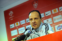 FOOTBALL - FRENCH CHAMPIONSHIP 2010/2011 - L1 - STADE BRESTOIS v RC LENS - 27/11/2010 - PHOTO PASCAL ALLEE / DPPI - DAMIEN LEDENTU REFEREE ANNOUNCES IN PRESS CONFERENCE THAT THE BREST V LENS IS STOPPED FOR IMPRACTICABLE GROUND