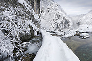 Hiking trail in Plitvička jezera (Plitvice Lakes) National Park during winter, a Unesco World Heritage Site, Croatia © Rudolf Abraham