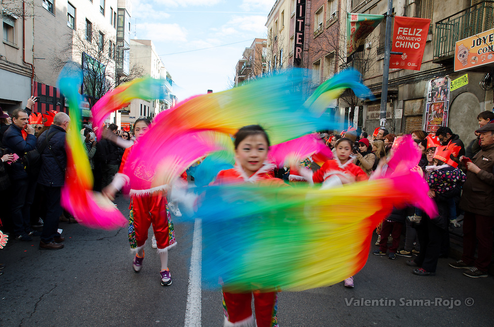 Madrid, Spain. 28th January, 2017. Young girls wearing traditional red dresses dancing with handheld fans with color fabrics during the Chinese New Year parade in Madrid. © Valentin Sama-Rojo.